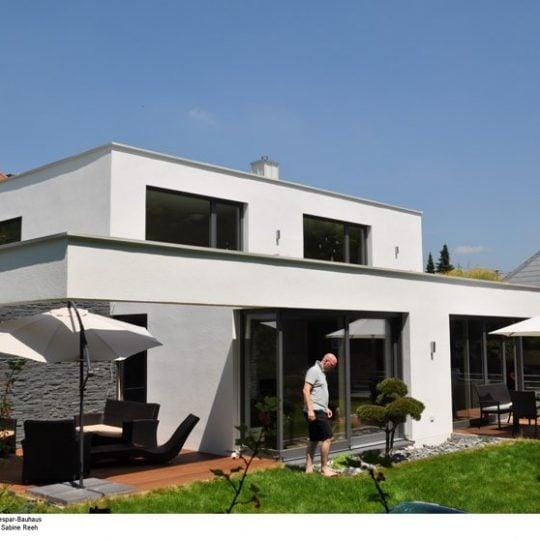 Dem modernen Gebäude im Bauhausstil sieht man seine besonderen ökologischen Qualitäten nicht an. Bild: BR/Sabine Reeh.