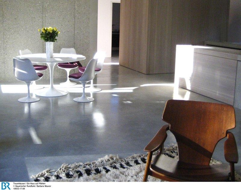 Modernes Loft mit rustikalem Charme: der Ess-, Koch- und Wohnbereich.