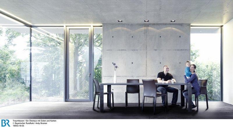 Holz, Beton und ganz viel Glas: großzügiges Ambiente im Erdgeschoss.