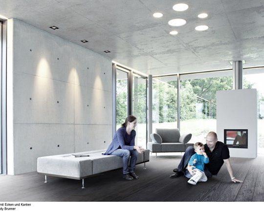 Der Wohnbereich öffnet sich auf drei Seiten mit großen Glasflächen nach draußen.