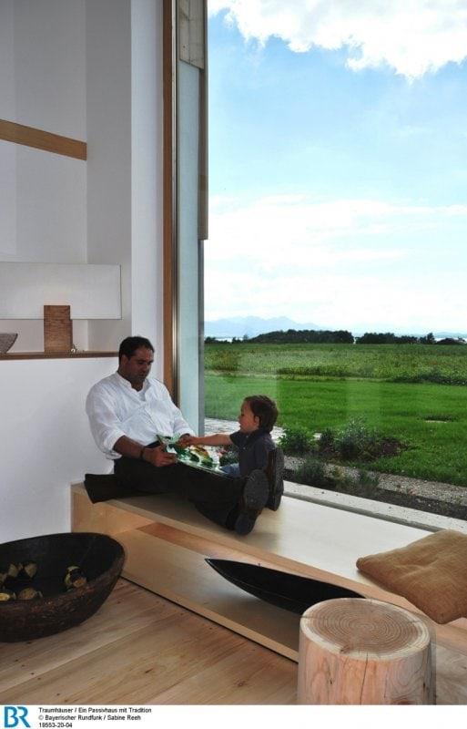 Das große Tennenfenster verleiht dem Wohnbereich eine ganz besondere Atmosphäre.  Bild: BR/Sabine Reeh.