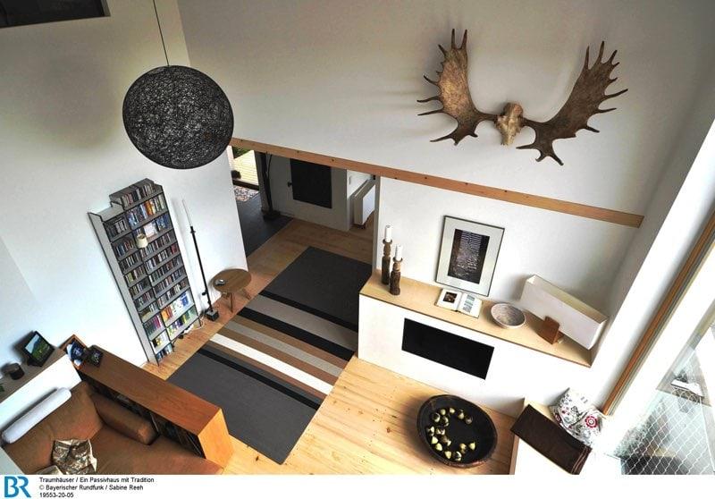 designerlampe und elchgeweih blick von der galerie bild br sabine reeh archimag. Black Bedroom Furniture Sets. Home Design Ideas