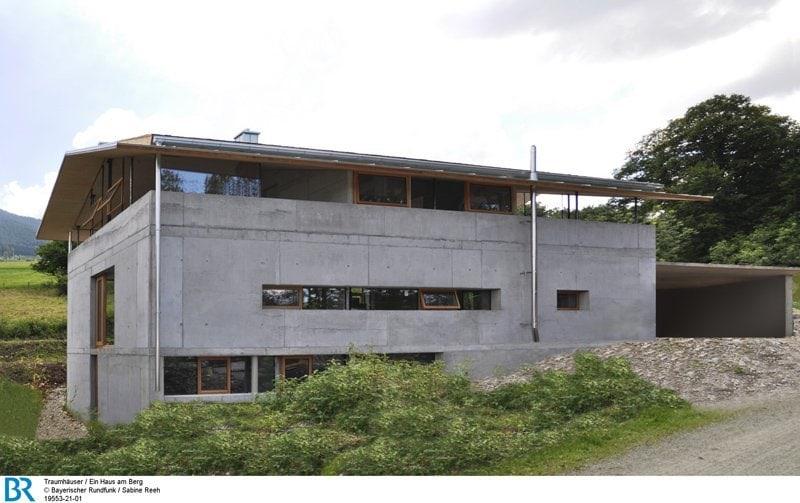 Das Glasband im Untergeschoss lässt den massiven Beton-Baukörper leicht erscheinen. Bild: BR/Sabine Reeh.