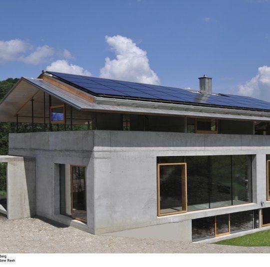 Nach Süden, zum Berg hin, öfnet sich das Haus durch große Glasflächen. Reeh.