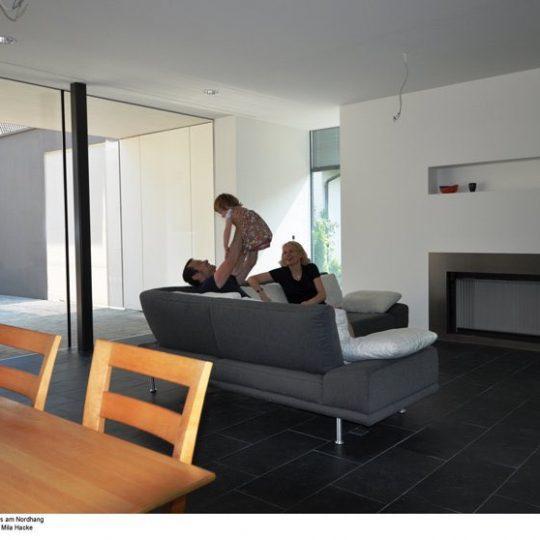 Der Wohnbereich erweitert sich optisch zum geschützten Hof. Trotz der großen Glasfronten ist er vor unerwünschten Einblicken geschützt. Bild: BR/Mila Hacke.