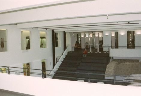Foyer des Museums mit Figur