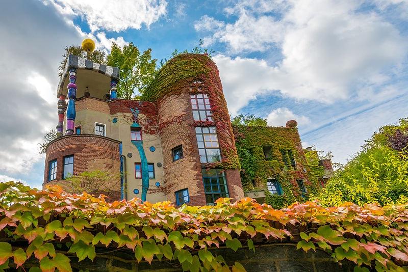 https://de.wikipedia.org/wiki/Datei:Hundertwasserhaus_Bad_Soden_Autumn.jpg