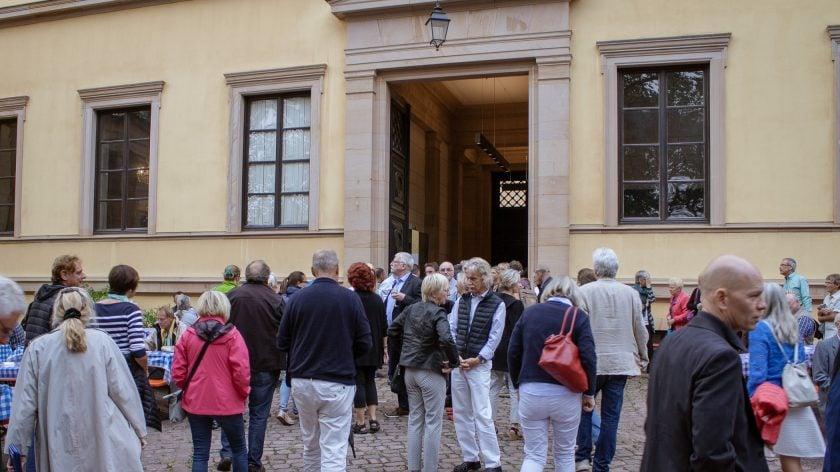 Besucher strömen zum Eingang der Villa