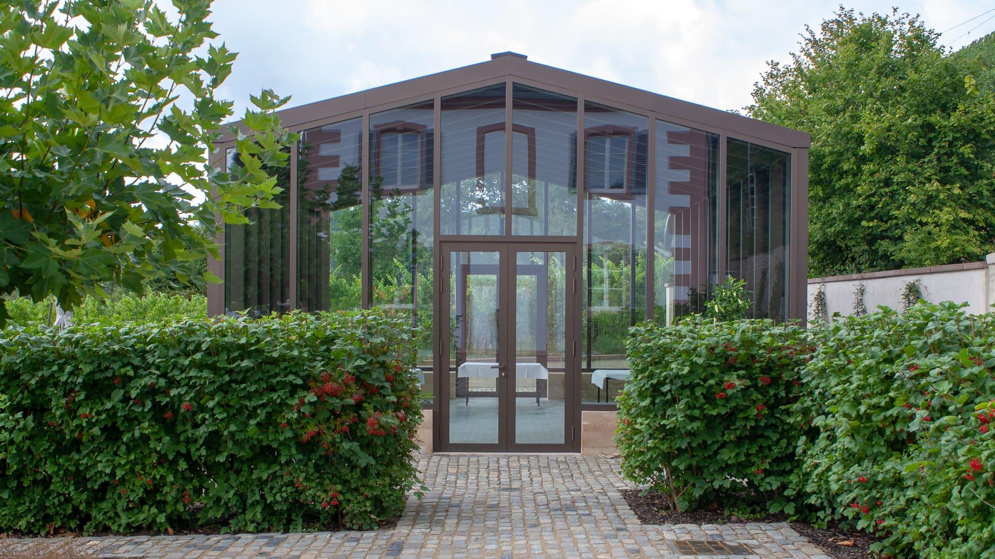 Orangerie mit Spiegelung des Altbaus