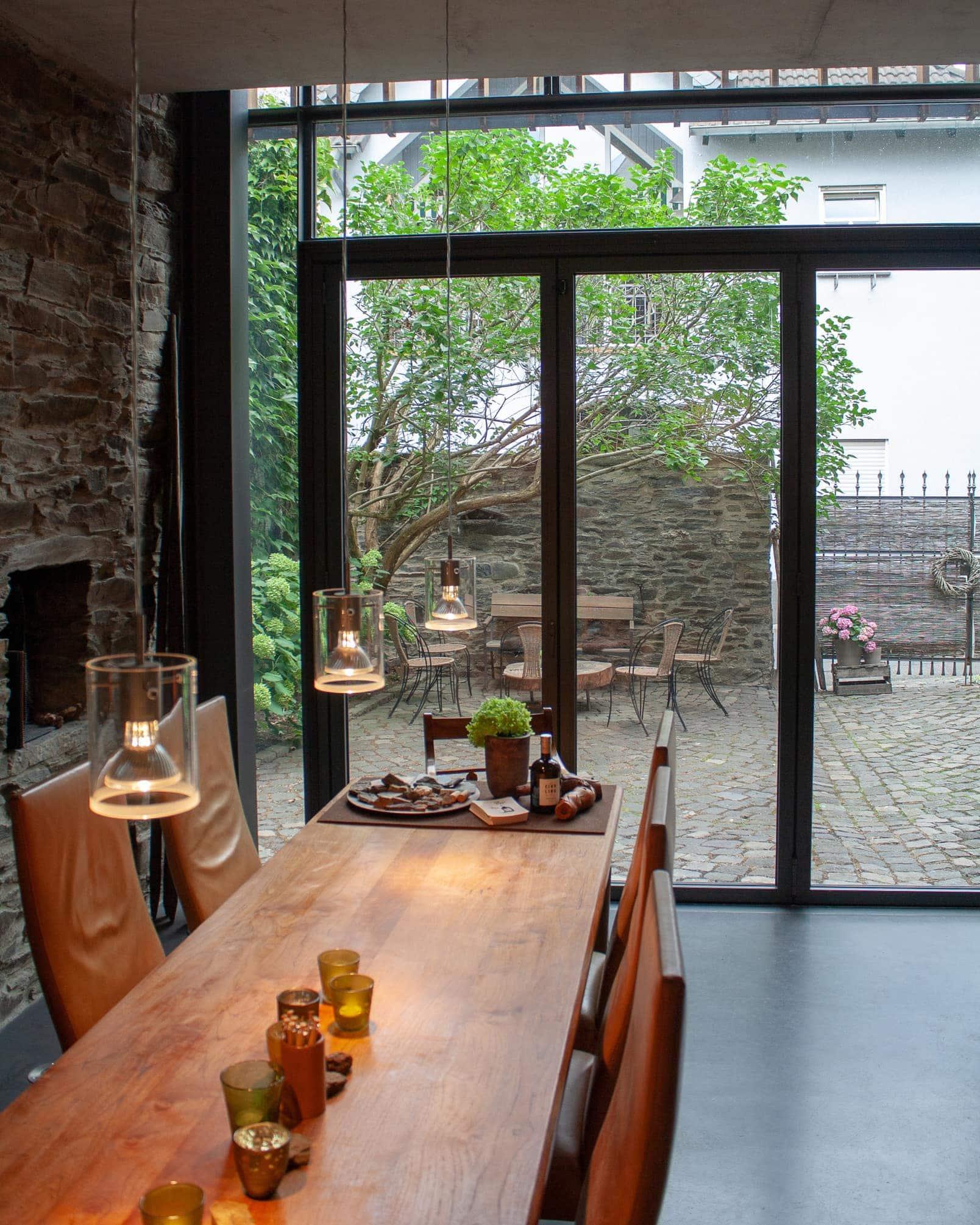 Tisch, Licht, Raum und Hof - eine perfekte Kombination