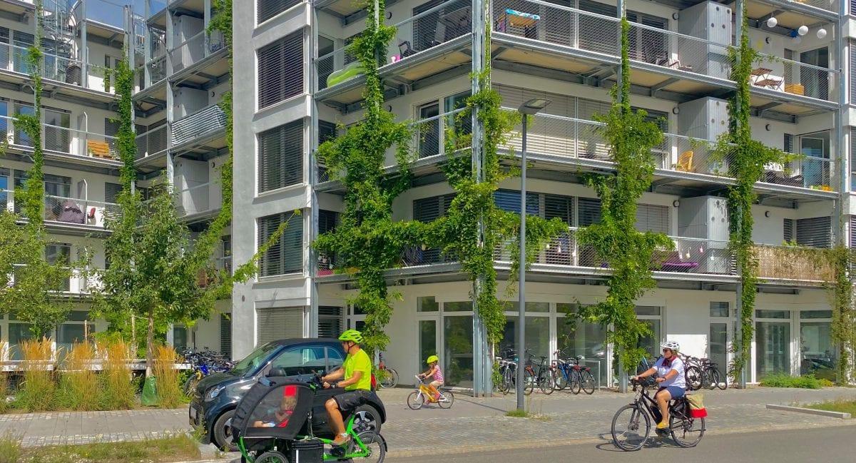 Durch eine doppelte Fassadenhülle (wie in Heidelberg Village und in Freiburg beim Greenhouse realisiert), werden negativ Effekte verhindert und das Klima positiv beeinflusst.