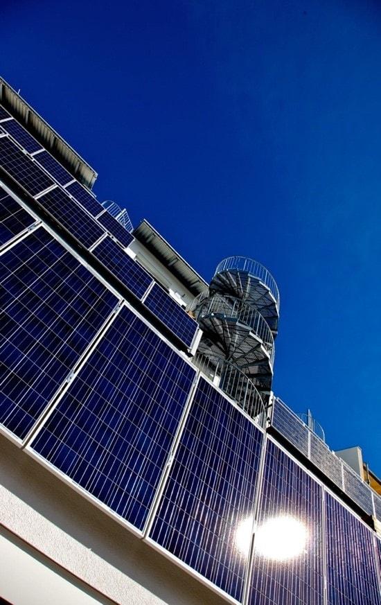 Fassade des Greenhouse in Freiburg Rieselfeld, bei dem  die Balkongeländer selbst durch PV Module elektrische Energie für den Eigenverbrauch generieren. Das Gebäude ist selbst an heißen Sommertagen ohne Klimaanlage wohltemperiert.